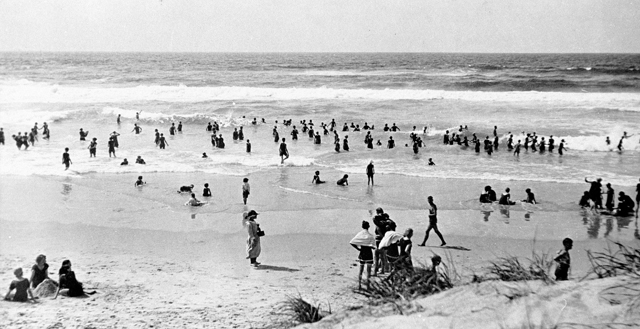 Photo: Beach 9 Surfing at Main Beach, Southport, Queensland, circa 1920s [picture] / E H Foreman, photographer. Asset name LS-LSP-CD890-IMG0004