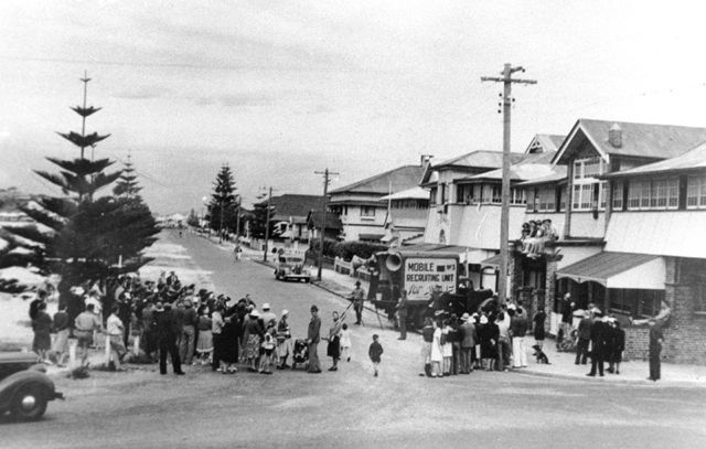 Photo: Events 1 World War II mobile recruiting unit, Marine Parade, Coolangatta, Queensland, 1941. Photographer unknown. LS-LSP-CD1034-IMG013
