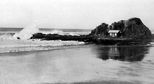 Photo: Beach 2 The first Currumbin Life Saving Club's building on Elephant Rock, Queensland, circa 1924 [picture] / Photographer unknown. LS-LSP-CD087-IMG0007