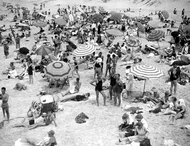 Photo: Beach 23 Crowded beach scene on the Main beach, Southport, Queensland, circa 1930s [picture] / George A. Jackman, photographer. Asset name LS-LSP-CD333-IMG0001